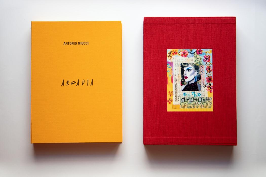 A destra: custodia rossa rivestita in lino cm 32,5 x 45. A sinistra: cofanetto ocra rivestito in tela cm 32 x 43.
